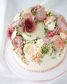 Buttercream flower online class is now available! Woohoo! Pictured here is one out of the three cake projects you will learn in this class. You will learn how to make the buttercream and also how to get a perfectly smooth cake. | bởi fabcakelady