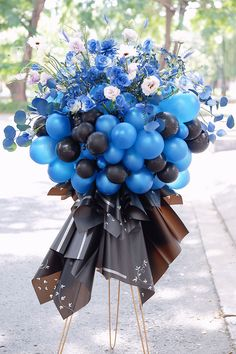Balloon Gift, Balloon Garland, Balloons, Beautiful Flower Arrangements, Floral Arrangements, Beautiful Flowers, Balloon Centerpieces, Balloon Decorations, Blue Roses Wedding