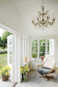 Den ljusa verandan är favoritplatsen på vintern. Den har isolerats och golven med Gotlandsmarmor har försetts med värme.