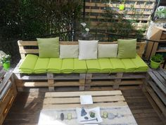 DIY Pallet #Sofa for Outdoor - pallets boards can be stacked and finished to a versatile variety of sitting furniture, like sturdy benches and sofas!