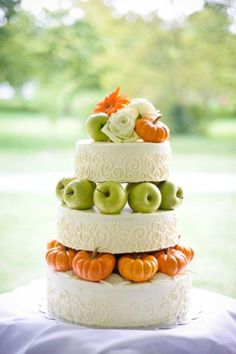 Getting ready for a fall affair? Let them eat cake! A fall wedding cake is traditionally something with several layers and orange and burgundy decor but you can go for a more original piece. A naked wedding cake is trendy like no other. Wedding Cake Fresh Flowers, Fall Wedding Cakes, Pumpkin Wedding, Rustic Wedding, Our Wedding, Wedding Ideas, Dream Wedding, Forest Wedding, Wedding Stuff