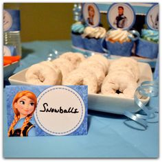 This would be cuter using donut holes.Frozen Birthday Party Food Labels Printable by KraftsbyKaleigh 4th Birthday Parties, 5th Birthday, Birthday Ideas, Party Food Labels, Disney Frozen Birthday, Frozen Theme Party, Powdered Donuts, Powdered Sugar, Snow Balls