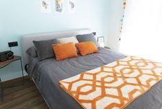 Manta Caral naranja de HomebyFama con cojines a juego. Decoración de dormitorio en tonos naranja de lo más original. Color Naranja, Comforters, Contemporary, Blanket, Bed, Furniture, Home Decor, Bed Feet, Headboards