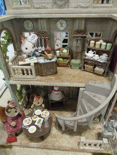 やっほい!シルバニアファミリー大好き!しあわせなびょうき こびんのブログへようこそ!! 台東区からお越しのえぽっくの人、ようこそ!リ Family World, Family Set, Bratz Doll, Barbie Dolls, Calico Critters Families, Sylvania Families, Toy House, Family Costumes, Miniature Crafts