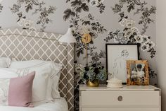 Schumacher Pyne Hollyhock Wallpaper in Bedroom (Elements of Style-Erin Gates) Luxury Homes Interior, Home Interior Design, Elle Decor, Erin Gates, Decoration Inspiration, Decor Ideas, Elements Of Style, Home Decor Trends, Home Staging