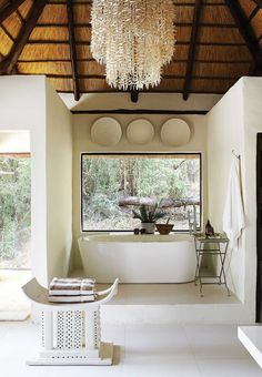 Londolozi Tree Camp is simply a sanctuary of elegance and simplicity, celebrating 4 decades of kinship with the wild free ranging leopards of the region. Lodge Bathroom, Safari Bathroom, African Interior Design, Asian Interior, Africa Decor, Tree Camping, Game Lodge, Florida Design, Best Decor