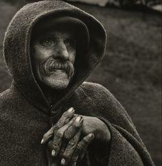Jean DIEUZAIDE - Berger des Pyrénées au col d'Aupin (1954) Les mains ridées et sèches qui s'appuient sur un bâton, le visage aux traits burinés, la moustache tombante et la barbe naissante montrent l'homme travailleur de plein air, usé et âgé. Mais ce qui parle le plus, est le regard, tant il a de profondeur et de sagesse. Il semble tourné vers l'avenir avec générosité, bienveillance et optimisme.