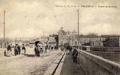 1.902 Puente de Serranos, al fondo la Iglesia del Salvador y Santa Mónica con sus desaparecidas espadañas laterales (Ediciones L.C.)