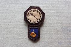 おじいちゃんの家にあったようなボンボン時計のブローチです。 フェルトで作ったシンプルな時計ですが、わりと本格的〜。|ハンドメイド、手作り、手仕事品の通販・販売・購入ならCreema。