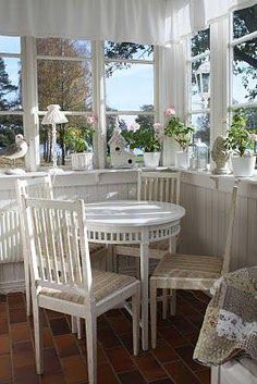 white on white cottage dining room Shabby Chic Cottage, Cozy Cottage, Cottage Style, Cottage Living, Cottage Homes, Style At Home, My Dream Home, Beautiful Homes, Sweet Home