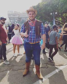 Inspiration, Bastelanleitungen & Accessoires mit du dein Cowboy-Kostüm einfach selber machen kannst #diykostüm #kostümidee #karneval #Helau #Alaaf #Jecken #EndlichGehtslos #jetztgejtslos #karneval2019 #karnevalstage #karnevalskind #karnevalmakeup #karnevalslook #karnevalmeineliebe #karneval1111 #alaaf #alaafyou #alaafin #alaafmycrew #alaafmysquad #faschingskostüm #helau #gruppenkostüm #verkleidung #karnevalskostüm #paarkostüm #gruppenkostüm #familienkostüm Alaaf You, Real Cowboys, Cowboy Boots, Happy, Inspiration, Instagram, Style, Fashion, Pair Costumes