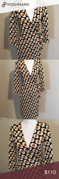 DVF Julian wrap dress size 4 Beautiful fall wrap dress in a 4. Excellent no holes or stains and non smoking home 100% silk measures about 40 inches long. Diane Von Furstenberg Dresses