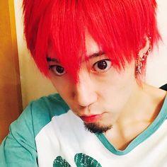 WEBSTA @ zombie_gene - *color change🔴RED ROCK⚡色彩暴力👊3年ぶりの赤髪。シャンクスではない。来月あたりリセットしようと思うので、それまでのお遊びで赤いキツネになります。ラグランの襟が完全に伸びてますけど、寝間着なのでご容赦くださいませ(´・Д・)皆さんにとって「赤髪」といえば?いい歳こいて恥ずいとか言うなし(-᷄◞८̻◟-᷅)#結局シャンクス多そう #色彩暴力#REDROCK a.k.a 山嵐 的な?#派手髪 #RED #赤髪 #haircolor#colorchange #ラグランの緑と相性悪し#一人クリスマスやんけ #マニパニ#マニックパニック #manicpanic @manicpanic_japan