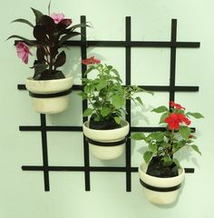 Treliça para vaso jardim vertical medidas: 45x45 cm . Ideal para flores e horta vertical. Acompanham 02 argolas móveis. Valor unitário. Feita de ferro com pintura eletrostática. Produto 100% artesanal. Vasos e flores não acompanham o produto. Frete não incluso R$ 39,00