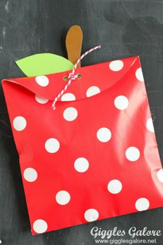We know that starting a new school year can be stressful for everyone, but we believe it should also be lots of fun and memorable too. Which is why we created these fun DIY Apple Treat Bags & Printable Lunch Box Notes to make the first day of school extra special for my kids. (via Giggles Galore)