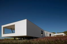 Mario Martins's most recent project is the modern Zauia House which offers amazing views of Lagos Bay, Portugal. An example of Portuguese architecture at its best. Modern Architecture Design, Interior Architecture, Residential Architecture, Amazing Architecture, Portugal, Algarve, Mario Martin, Mont Dore, Patio