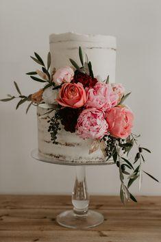 Pink peonies, coral roses and berries… pretty pretty! Pink peonies, coral roses and berries… pretty pretty! Wedding Cake Designs, Wedding Cake Toppers, Wedding Cupcakes, Peony Cake, Love Cake Topper, Wedding Cakes With Flowers, Flower Cakes, Peony Wedding Cakes, Cake With Flowers