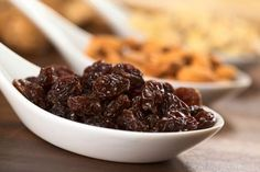 Have you heard about the benefits of raisin water? It is a tasty and nutritious addition to your diet, and it is fantastic for your liver. Fruits Déshydratés, Raisins Benefits, Raisin Sec, Snacks Sains, Water Benefits, Healthy Liver, Liver Cleanse, Clean Eating Snacks, Health Tips