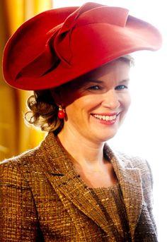 Moet koningin Mathilde ontwerpers van eigen bodem meer ondersteunen