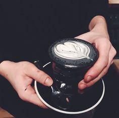 Latte Macchiato war gestern–jetzt kommt der Goth Latte! Ein schwarzes Getränk, das deine dunkle Seele entfalten wird. Ok, vielleicht ist…