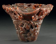 Coupe libatoire en corne de rhinocéros à décor archaïque de cinq dragons stylisés XVIIIème siècle. Photo Aguttes