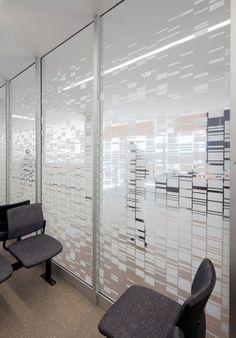Glaswand met beplakking bij wachtruimte ziekenhuis