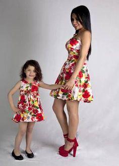 Resultado de imagem para vestidos iguales para madre e hija Mother Daughter Photos, Mother Daughter Matching Outfits, Mother Daughter Fashion, Mommy And Me Outfits, Mom Daughter, Kids Outfits, Cute Flower Girl Dresses, Girls Dresses, Mommys Girl