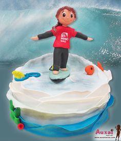 Tarta de Surf, con una niña que celebra sus 8 añitos y celebra hoy su cumpleaños en nuestra tienda de Madrid.