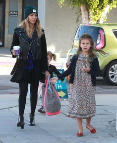 Jessica Alba Photos Photos - 'Sin City' actress Jessica Alba takes her daughters Honor and Haven shopping at West Elm in West Hollywood, California on December 14, 2014. Jessica bought so much stuff she had to have a store employee carry most of her bags to the car. - Jessica Alba Takes Her Daughters Shopping