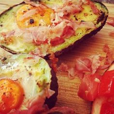 Gebakken Avocado met ei uit de Oven. Lekker combineren met een verse tomatensalsa en uitgebakken bacon.
