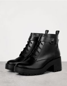 Bershka Turkey - Mid heeled lace-up ankle boots with buckle