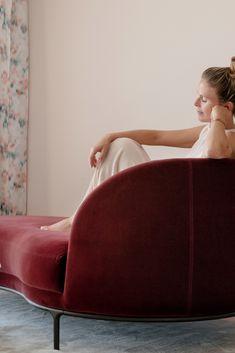 Entspannen in der Morgenrot Panorama-Suite des Juffing Hotel & Spa mit grandiosem Blick auf das Kaisergebirge.    #Juffing #Wellnesshotel #Hinterthiersee #Thiersee #Tirol #Entspannen #Entspannung #Pool #Getaway #Luxus #Suite #Interiorgoals #Chaiselongue #Urlaubinösterreich #Austria #Tyrol Spa Hotel, Tub Chair, Modern, Accent Chairs, Lounge, Couch, Design, Furniture, Home Decor