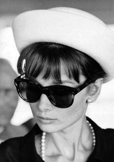 Audrey Hepburn's Influence on Today's Stars. Audrey Hepburn was the original purveyor of sunglass chic. Here, Hepburn is photographed by Pierluigi Praturlon, in Look Retro, Style Retro, Look Vintage, My Style, Trendy Style, Vintage Hats, Hollywood Glamour, Classic Hollywood, Old Hollywood