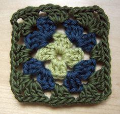 La base carrée double crochet mamie est facile à apprendre comment faire et est une excellente façon d'utiliser une partie de votre cachette...