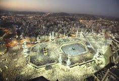 the holy mosque of mecca hosts faithful islamic pilgrims who celebrate their devotion to Allah. Mecca Wallpaper, Of Wallpaper, Photo Wallpaper, Beautiful Places In The World, Most Beautiful Cities, Beautiful Things, Beautiful Pictures, Mekkah, Beautiful Mosques