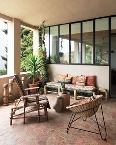 La maison d'Emma François (Sessún) à Marseille est un concentré de mobilier design vintage et d'objets ethniques, le tout dans un esprit vacances.