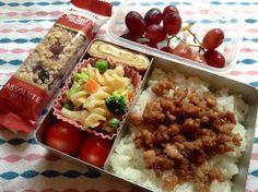 Twitter from @basilsauce 本日の小学生弁当(小2息子)#obentoart  #bento  鶏そぼろ、マヨ味野菜マカロニ、卵焼き、トマト、ぶどう、おやつ 。