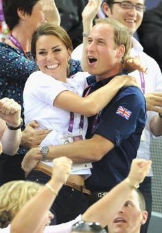 Duchess Kate & Prince William Celebrate Great Britain's Cycling Win at the Olympics! Duchess Kate and Prince William hug each other in celebration of Great Britain's win in the Men's Team Sprint Track Cycling final on Day 6 of the 2012 Summer Olympics… Kate Middleton Prince William, Prince William And Catherine, William Kate, Estilo Kate Middleton, Kate Middleton Photos, Pippa Middleton, Princesa Diana, Lady Diana, Duke And Duchess