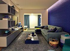 O home theater foi desenvolvido todo em azul, para criar um espaço calmo e bem íntimo (Foto: Victor Affaro)