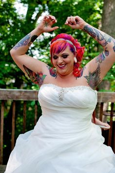 Noiva de cabelos coloridos e tatuagens.