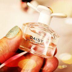 🌼🌼🌼🌼🌼 PROMOÇÃO DE PRIMAVERA  🌼🌼🌼🌼🌼 Miniatura Marc Jacobs Daisy EDT com 4ml $84,90 Aceitamos pagto via PagSeguro com cartão de crédito em até 3x sem juros ou desconto à vista no boleto bancário.  Para todas as compras vc ganha um brinde especial.  🎁🎁🎁 Comece sua coleção de miniaturas de perfumes importados.