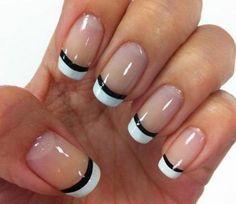 Parfaitement en forme de blancs conseils français. Les ongles sont recouverts avec du vernis clair comme base et inclinés avec du vernis blanc parfaitement en forme et recouverts d'un acrylique noir élégant.