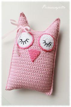 Super cute little sleepy owl pillow, easy to make too Crochet Kawaii, Crochet Owls, Crochet Amigurumi, Crochet Cushions, Crochet Pillow, Crochet Gifts, Cute Crochet, Crochet For Kids, Crochet Animals