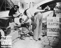 Tondeur de chiens, quai de l'Hôtel de Ville, près du Pont Louis-Philippe. Paris, IVème arr. Photographie de Paul Geniaux (1873-1914). Paris, musée Carnavalet.