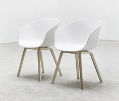 Chaise Hay About a Chair bleu et bois - Idees fr Chaise Hay, Hay Chair, Sofa Chair, Swivel Chair, Home Furniture, Furniture Design, Danish Furniture, Scandinavian Furniture, Italian Furniture