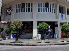 Fundado em 1939, o Bar Urca é um dos estabelecimentos da moda até hoje. Sua localização privilegiada é um dos principais atrativos — fica em frente à mureta que beira as águas mansas da enseada de Botafogo. Há décadas, os clientes compram bebidas e petiscos no balcão do primeiro piso e sentam-se lá, para admirar a vista.Endereço:Rua Cândido Gaffrée, 205 - Urca - Rio de Janeiro/RJTelefone:(021) 2295-8744Horário do restaurante: segunda a sábado, das 11h às 23h; domingo, das 11h às 19hHorário…