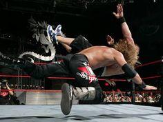 Edge Canjea su Maletín de Dinero en el Banco conseguido en Wrestlemania 21 ante John Cena en New Year's Revolution 2006 y consigue su 1° Campeonato de la WWE.