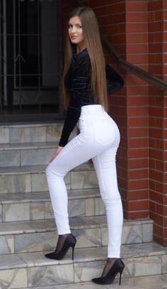 Short Skirts, Mini Skirts, Superenge Jeans, Sweet Jeans, White Skinny Jeans, Beautiful Girl Image, Brunette Beauty, Nice Legs, Long Pants