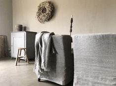 Landelijk sober interieur Sober, Ottoman, Chair, Inspiration, Furniture, Home Decor, Biblical Inspiration, Decoration Home, Room Decor