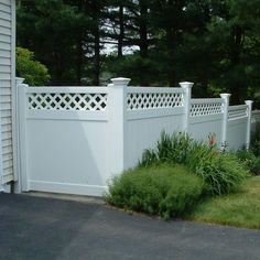 Gallery of our best lattice fence design ideas. A lattice fence can offer privacy, security & beauty. See wood, metal & vinyl lattice fencing designs. White Vinyl Fence, Vinyl Fence Panels, Privacy Fence Panels, White Fence, Vinyl Fencing, Metal Fence, Fence Landscaping, Pool Fence, Fence With Lattice Top